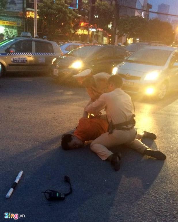 Nhổ nước bọt, vụt cảnh sát giao thông giữa ngã tư - Ảnh 4