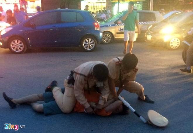 Nhổ nước bọt, vụt cảnh sát giao thông giữa ngã tư - Ảnh 5