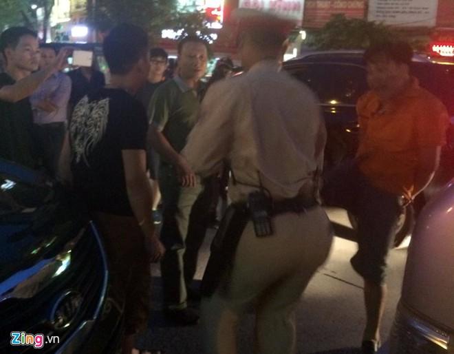 Nhổ nước bọt, vụt cảnh sát giao thông giữa ngã tư - Ảnh 7