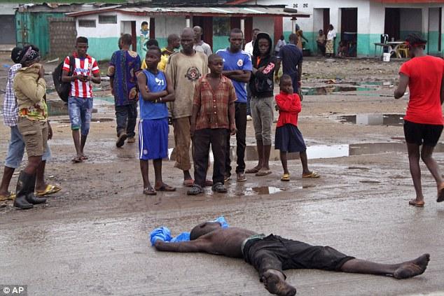 Kinh hoàng chó ăn thịt thi thể bệnh nhân Ebola - Ảnh 1