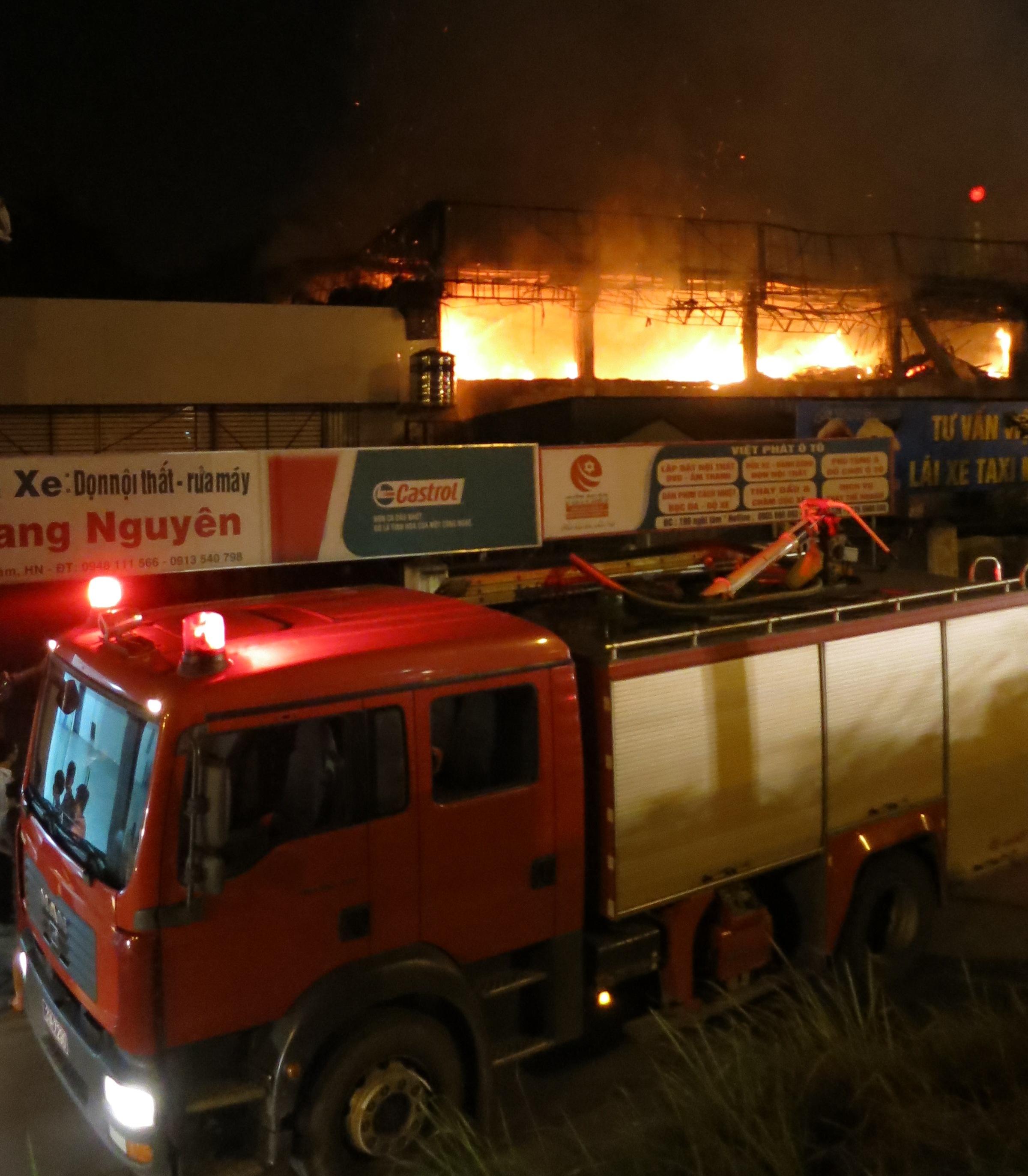 Cháy bar Luxury: Bơm nước hồ Tây dập lửa ngút trời suốt 4h - Ảnh 2
