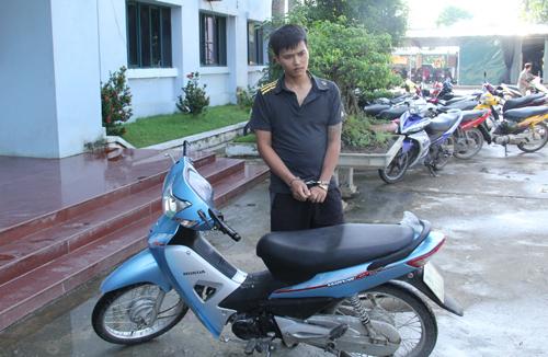 Thanh niên điển trai mang ma túy hối lộ cảnh sát bất thành - Ảnh 2