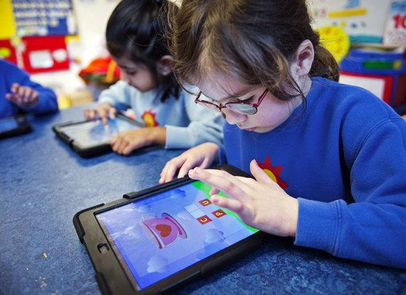 """Vì sao """"trùm"""" công nghệ Steve Jobs hạn chế con dùng iPhone, iPad? - Ảnh 1"""