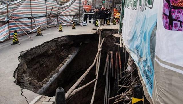 Trung Quốc: Quan chức đào hầm sâu trong nhà gây sụt đường - Ảnh 1