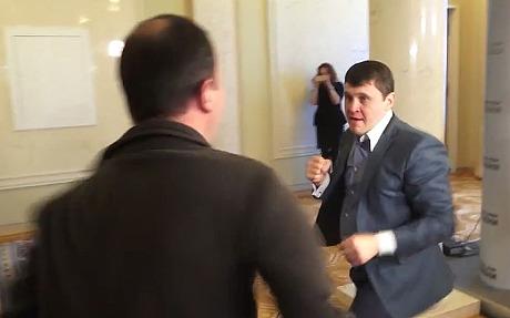 "Hai nghị sĩ Ukraine ""choảng"" nhau trong Quốc hội - Ảnh 1"