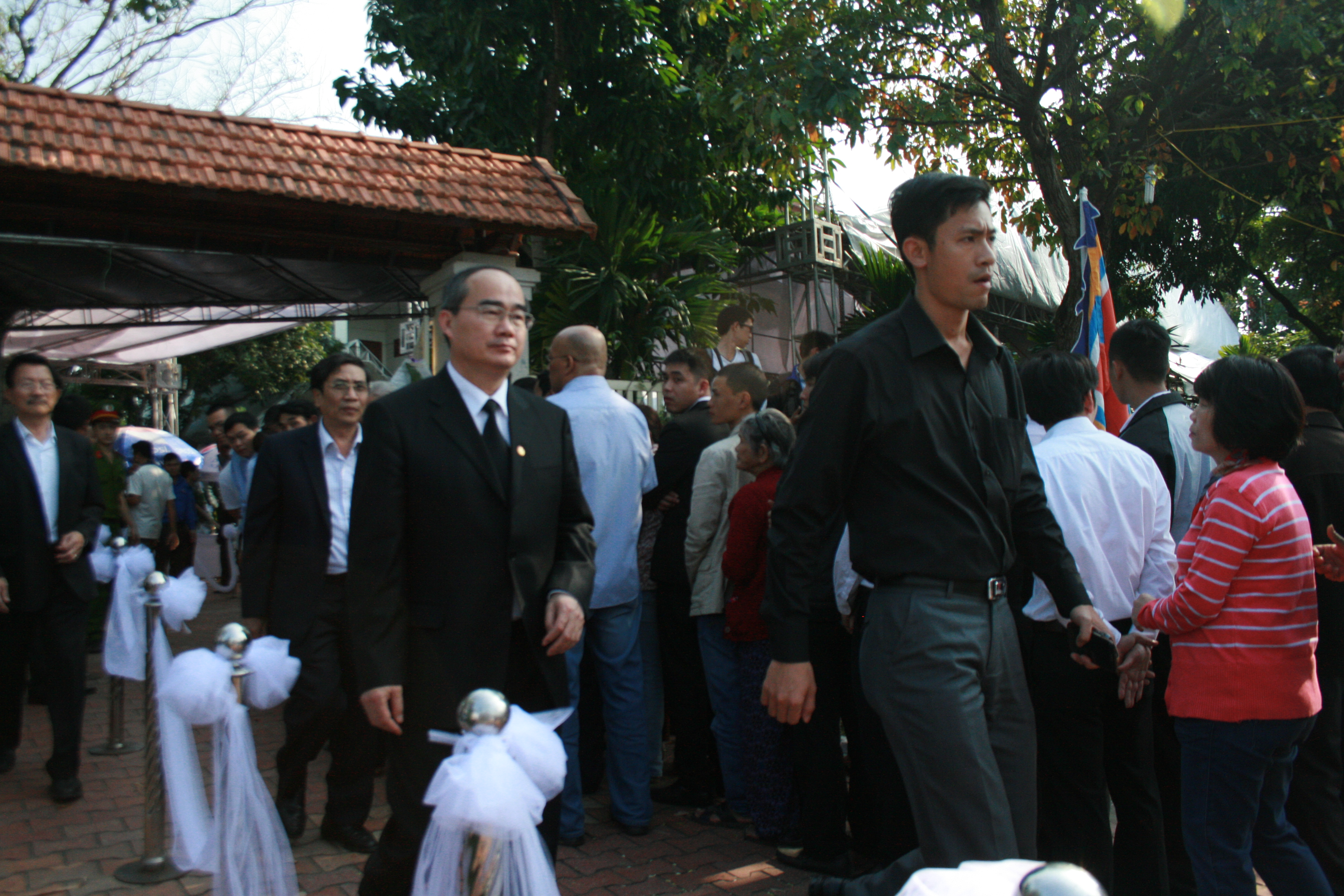 Dòng người lặng lẽ vào viếng ông Nguyễn Bá Thanh - Ảnh 2