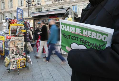 Charlie Hebdo đăng ảnh châm biếm Giáo hoàng, chính khách  - Ảnh 1