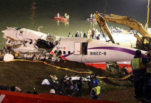 Máy bay Đài Loan rơi: Cả gia đình thoát chết kỳ diệu - Ảnh 1