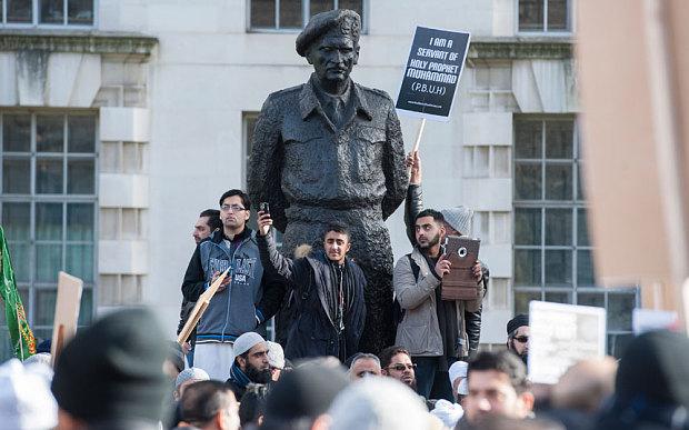 Anh: 1.000 tín đồ Hồi giáo biểu tình phản đối Charlie Hebdo - Ảnh 1