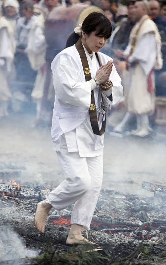 Kỳ lạ lễ hội chân trần đi trên lửa… cầu may - Ảnh 7