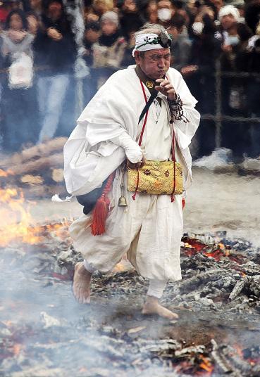 Kỳ lạ lễ hội chân trần đi trên lửa… cầu may - Ảnh 9