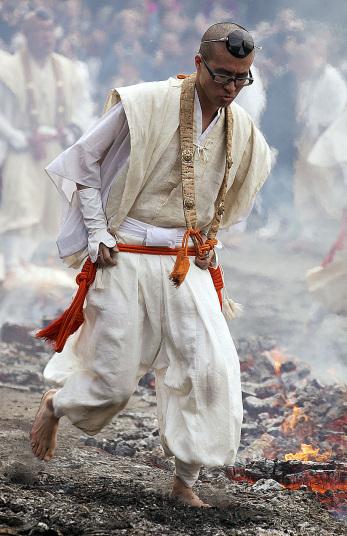 Kỳ lạ lễ hội chân trần đi trên lửa… cầu may - Ảnh 2
