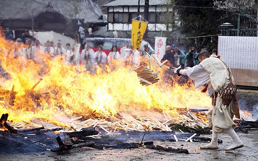 Kỳ lạ lễ hội chân trần đi trên lửa… cầu may - Ảnh 4