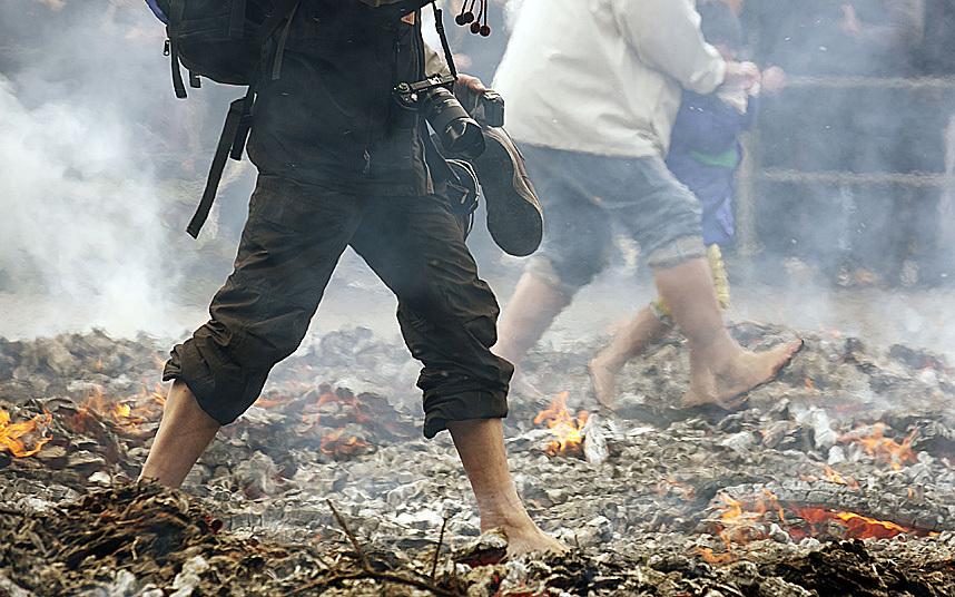 Kỳ lạ lễ hội chân trần đi trên lửa… cầu may - Ảnh 8