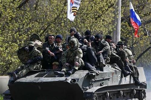 Xe bọc thép gắn cờ Nga chạy rông ở đông Ukraina  - Ảnh 1