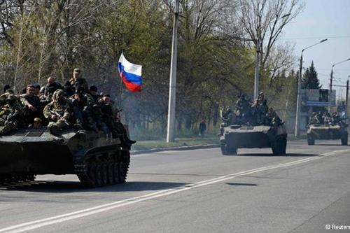 Xe bọc thép gắn cờ Nga chạy rông ở đông Ukraina  - Ảnh 2