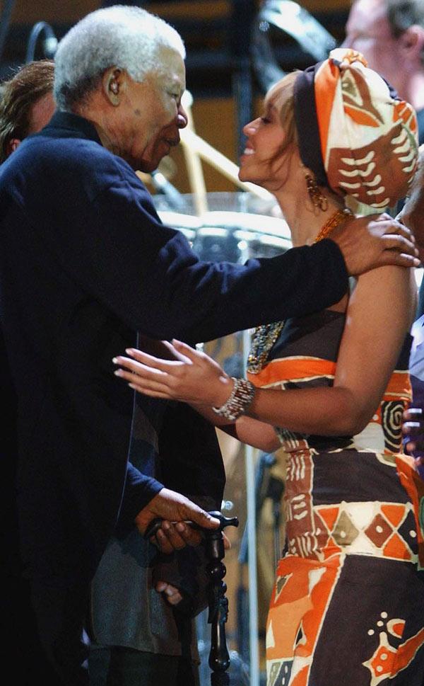 Hình ảnh tổng thống Nelson Mandela thân thiết bên sao Hollywood - Ảnh 4
