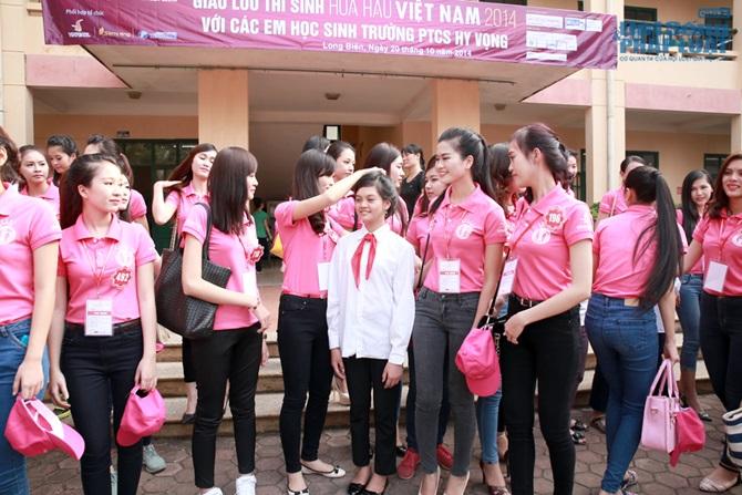 Thí sinh thi Hoa hậu Việt Nam 2014 xinh tươi đi từ thiện  - Ảnh 1