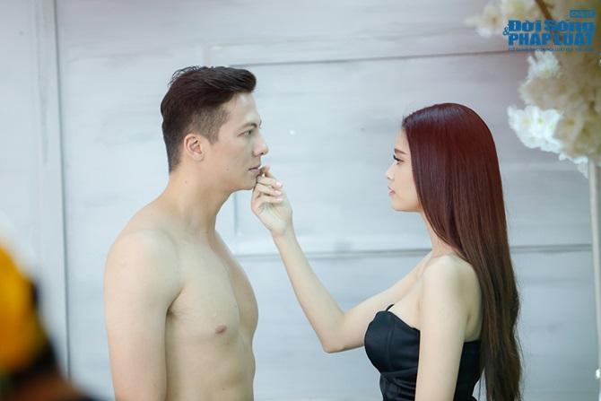 Clip: Hoàng Anh nude trước mặt Trương Quỳnh Anh trong MV ca nhạc - Ảnh 1