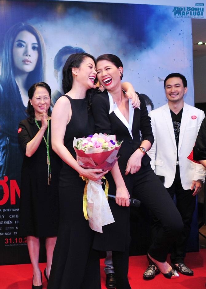 Trương Ngọc Ánh cười thích thú khi Hà Việt Dũng hôn tay - Ảnh 3