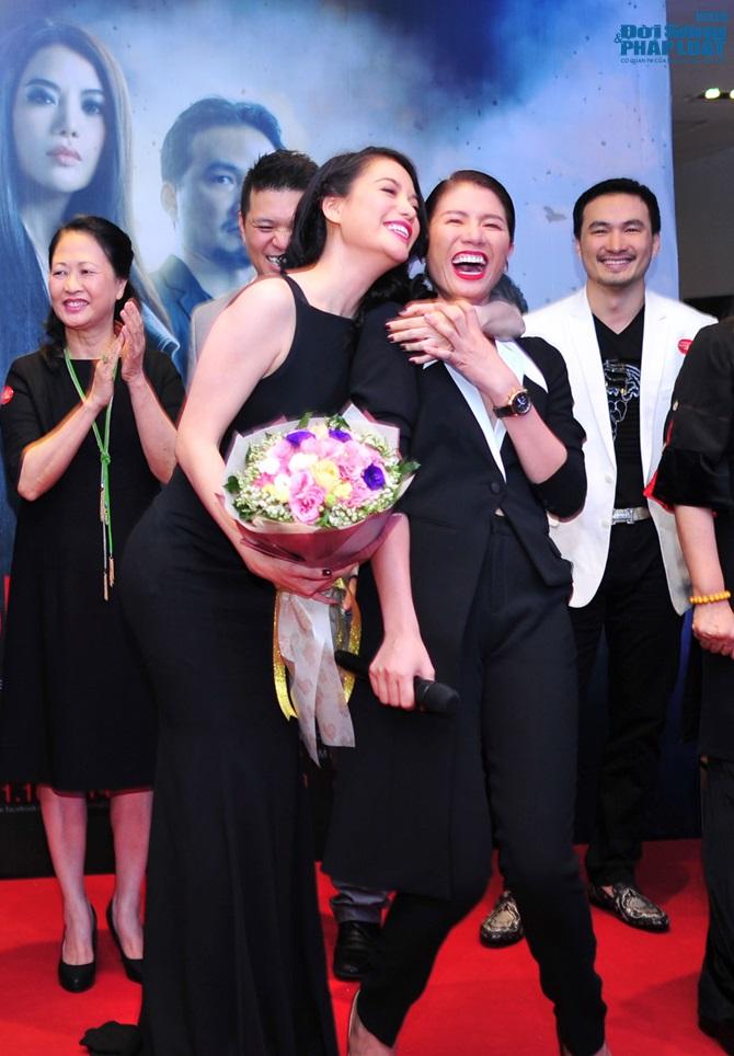 Trương Ngọc Ánh cười thích thú khi Hà Việt Dũng hôn tay - Ảnh 4