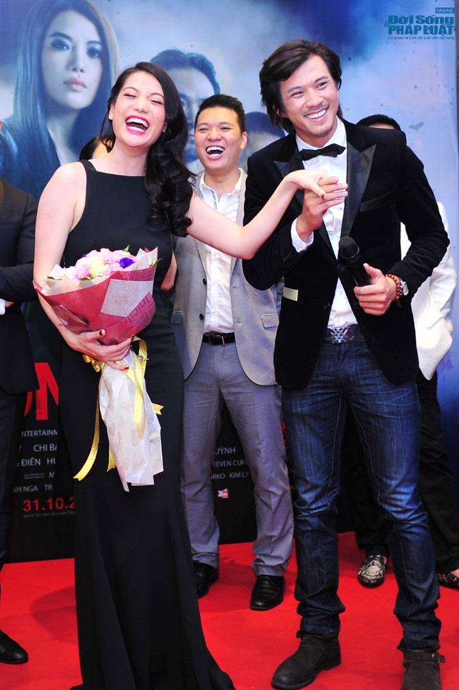 Trương Ngọc Ánh cười thích thú khi Hà Việt Dũng hôn tay - Ảnh 2