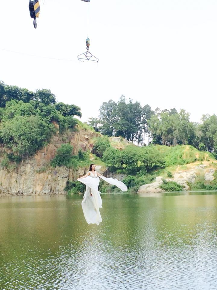 Trà Ngọc Hằng bay như chim, Tóc Tiên nằm tạo dáng bên bờ đá - Ảnh 1