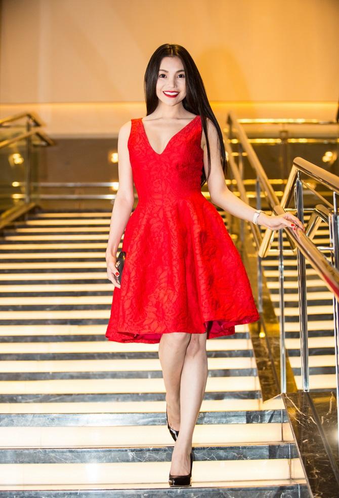 Trà Ngọc Hằng quyến rũ sắc đỏ bên nam ca sĩ Nguyễn Hưng - Ảnh 1