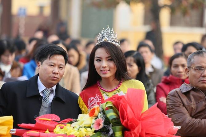 Hoa hậu Kỳ Duyên về thăm trường cũ ở Nam Định - Ảnh 4