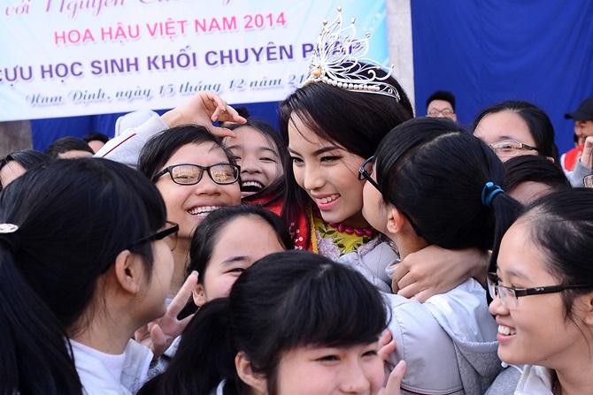 Hoa hậu Kỳ Duyên về thăm trường cũ ở Nam Định - Ảnh 8