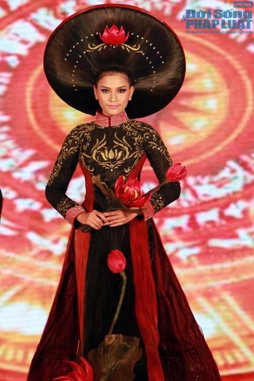 Trương Thị May diện áo dài cách điệu bằng tóc trị giá 200 triệu - Ảnh 1
