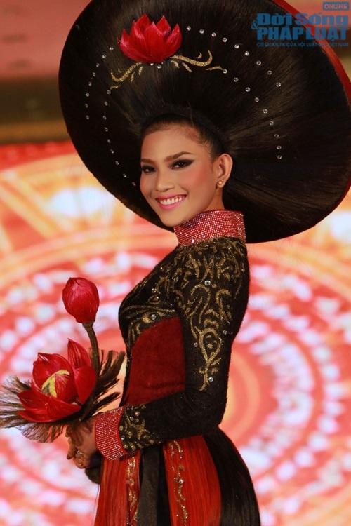 Trương Thị May diện áo dài cách điệu bằng tóc trị giá 200 triệu - Ảnh 3