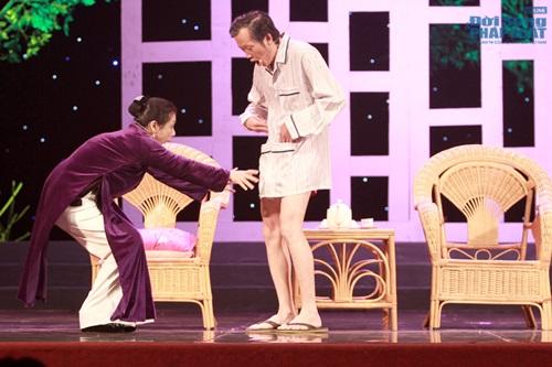 Hoài Linh gây sốc khi diện mốt không quần lên sân khấu - Ảnh 1