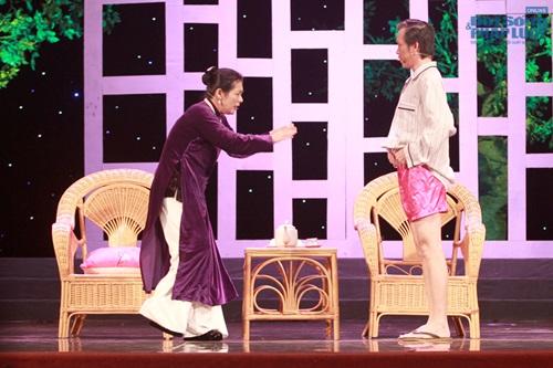 Hoài Linh gây sốc khi diện mốt không quần lên sân khấu - Ảnh 3