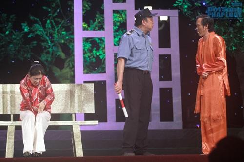 Hoài Linh gây sốc khi diện mốt không quần lên sân khấu - Ảnh 7