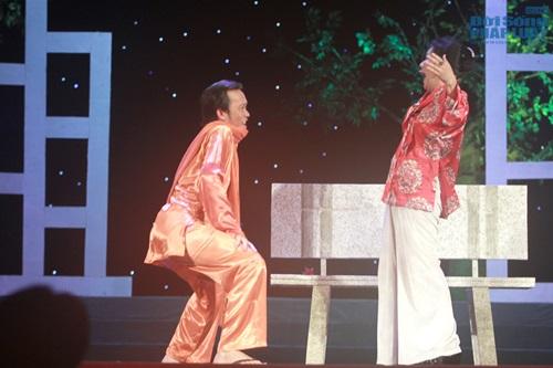 Hoài Linh gây sốc khi diện mốt không quần lên sân khấu - Ảnh 5