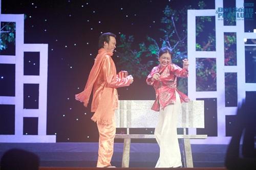 Hoài Linh gây sốc khi diện mốt không quần lên sân khấu - Ảnh 6