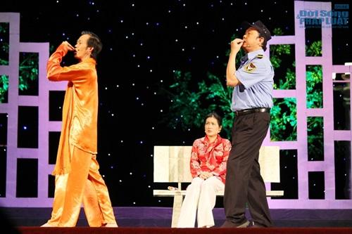 Hoài Linh gây sốc khi diện mốt không quần lên sân khấu - Ảnh 8