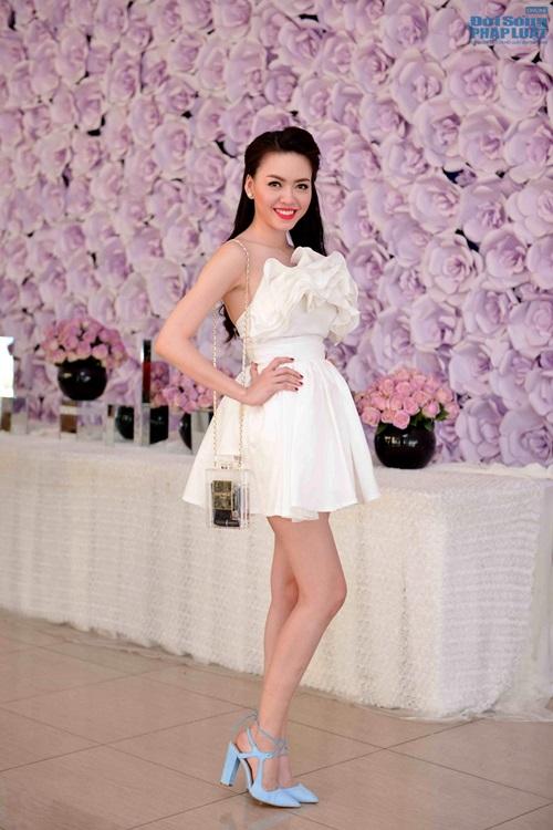 Vũ Hoàng Điệp mặc váy công chúa khoe da trắng mịn - Ảnh 2