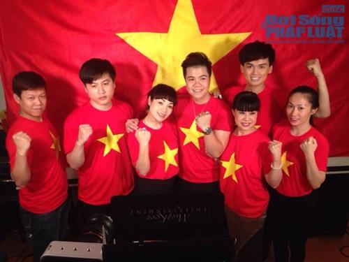 Sao Việt mặc áo in cờ đỏ sao vàng thể hiện lòng yêu nước - Ảnh 1