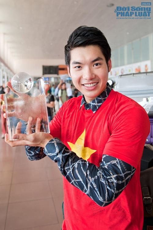 Sao Việt mặc áo in cờ đỏ sao vàng thể hiện lòng yêu nước - Ảnh 11