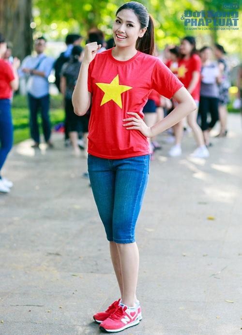 Sao Việt mặc áo in cờ đỏ sao vàng thể hiện lòng yêu nước - Ảnh 12