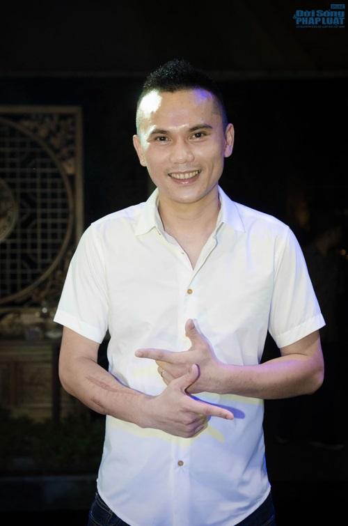 Diện sơ mi cộc tay, Khắc Việt lộ hình xăm cây tre độc đáo - Ảnh 5