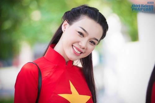 Người đẹp Việt diện áo dài cờ đỏ sao vàng hát Quốc ca - Ảnh 4
