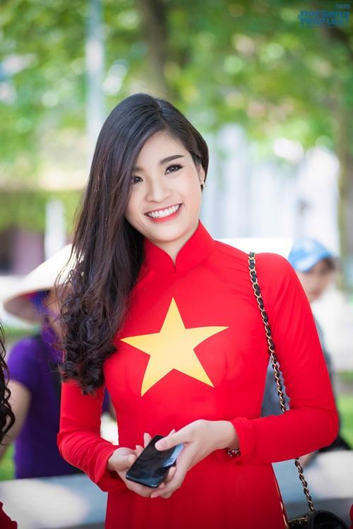 Người đẹp Việt diện áo dài cờ đỏ sao vàng hát Quốc ca - Ảnh 5