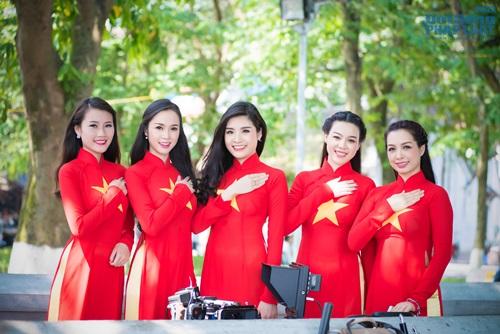 Người đẹp Việt diện áo dài cờ đỏ sao vàng hát Quốc ca - Ảnh 7