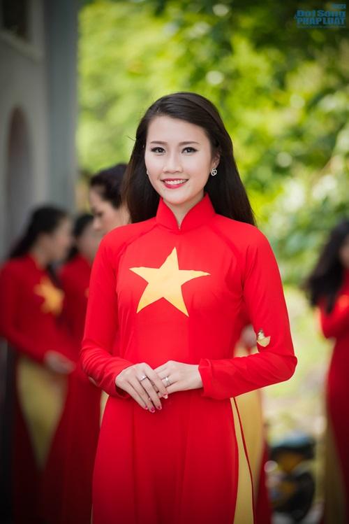 Người đẹp Việt diện áo dài cờ đỏ sao vàng hát Quốc ca - Ảnh 6