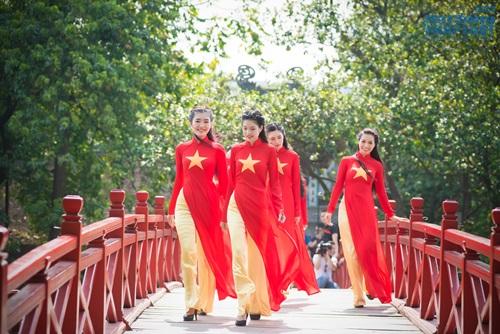 Người đẹp Việt diện áo dài cờ đỏ sao vàng hát Quốc ca - Ảnh 9