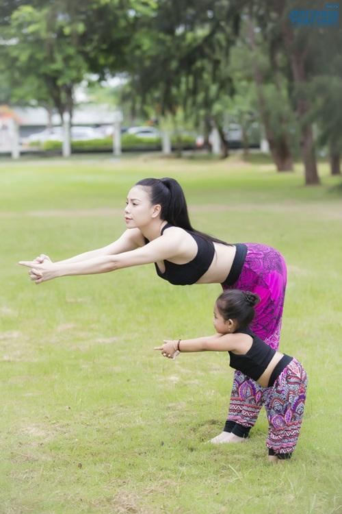 Ngộ nghĩnh hình ảnh Trà Ngọc Hằng tập yoga cùng cháu gái  - Ảnh 5