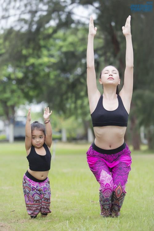 Ngộ nghĩnh hình ảnh Trà Ngọc Hằng tập yoga cùng cháu gái  - Ảnh 7